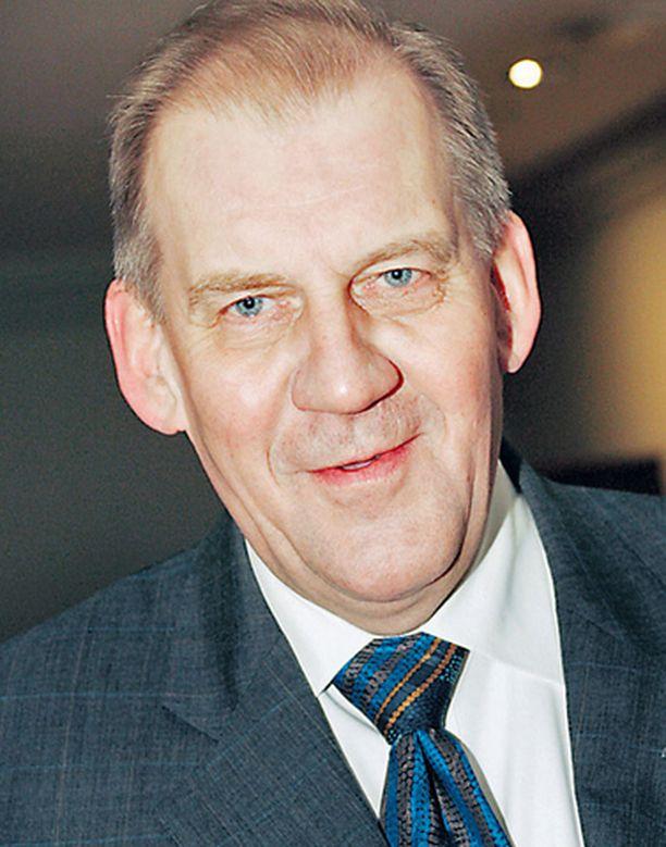 Pääsihteeri Seppo Tiitinen on viime aikoina ollut tulessa Kansallisoopperan ongelmien vuoksi. Oliko raju puheenvuoro perustuslaista yritys kääntää huomio muualle?