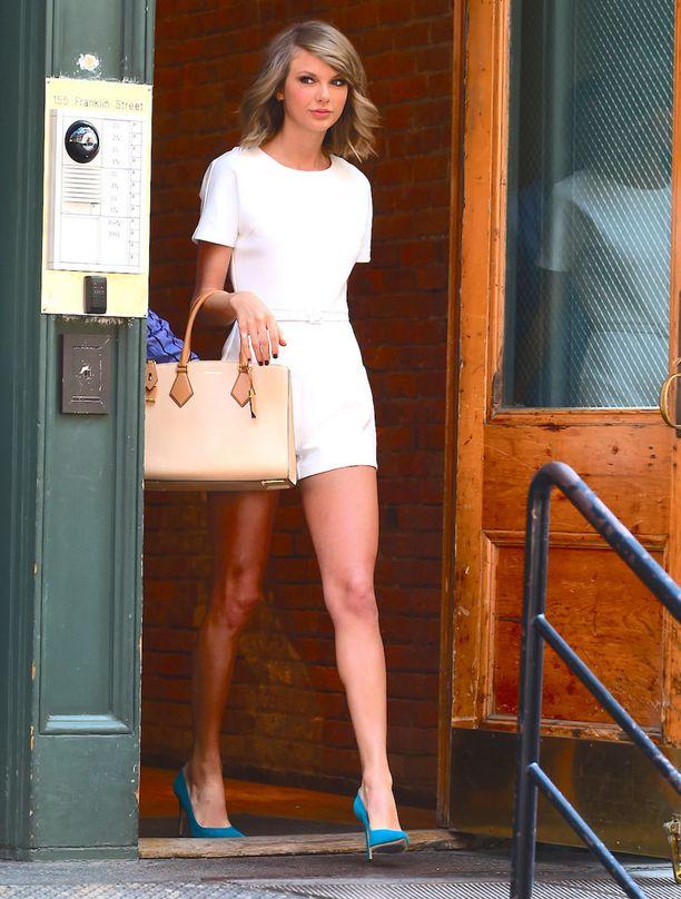 Taylorin päiväasu koostui minisortseista ja räikeän sinisistä avokkaista.