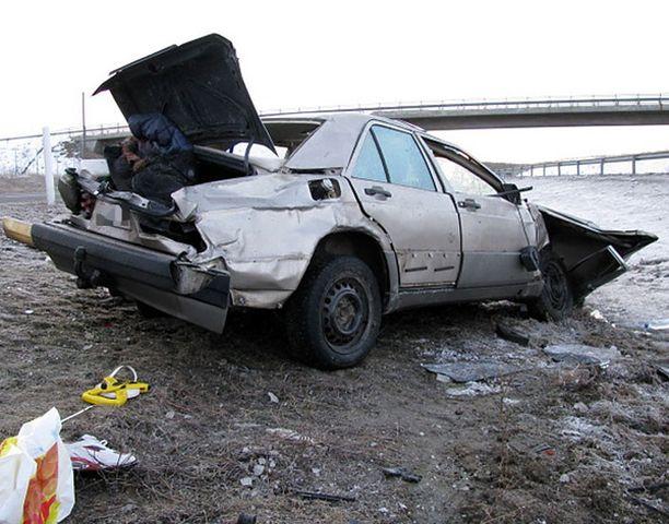 Auto romuttui pahoin rajussa kolarissa.