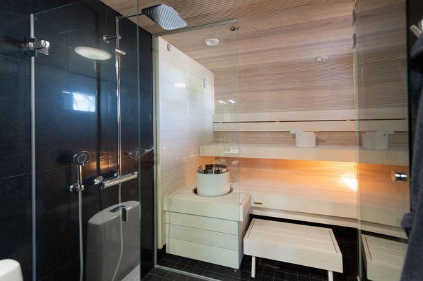 As Oy Porin Jokisimpukka -kohteen sauna on kokonaan vaaleaa puuta.