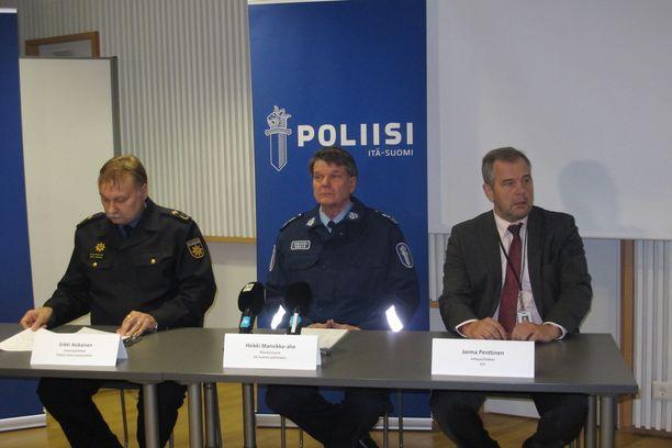 Nykyään eläkkeellä oleva Heikki Mansikka-aho (keskellä) työskenteli aiemmin komisariona. Kuva vuonna 2014 järjestetystä tiedotustilaisuudesta.