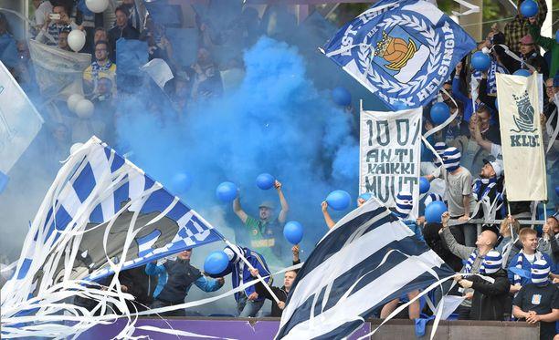HJK:n fanipääty oli ajoittain täynnä sinistä savua.