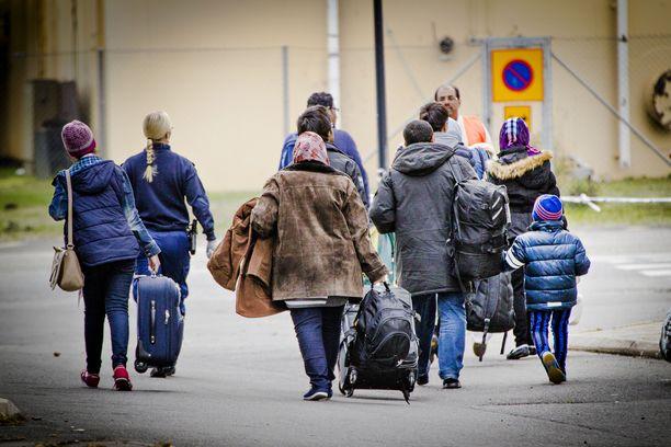 Turvapaikanhakijoita saapumassa Tornion järjestelykeskukseen 2015.