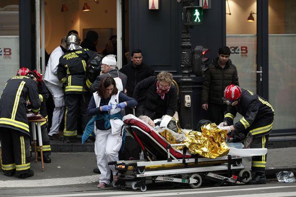 Pelastajat vievät loukkaantuneita tapahtumapaikalta Pariisissa.