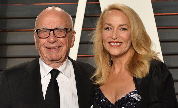 Miljardööri-Murdoch hemmottelee tuoretta vaimoaan 2,4 miljoonan punnan vihkisormuksella.