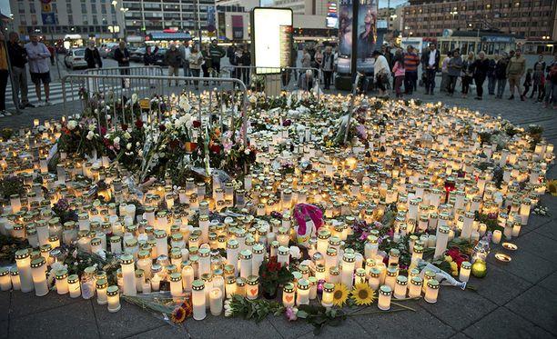 Turun puukotuksen tapahtumapaikalle on kasvanut uhrien muistoa kunnioittava kynttilämeri.