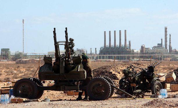 Kuvassa taustalla libyalainen Ras Lanufi -öljyterminaali.