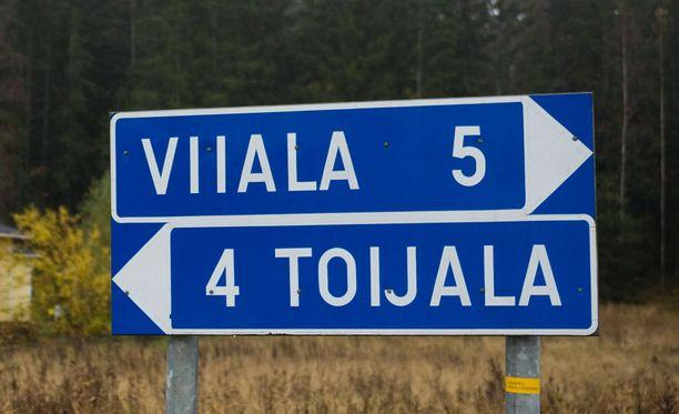 Lukija pohtii, onko olemassa joku tietty paikka kyseisessä kaupungissa, johon tienviitan osoittama kilometrimäärä lasketaan.