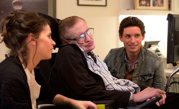 Stephen Hawkingia (kesk.) näyttelee elokuvassa Eddie Redmayne (oik.).