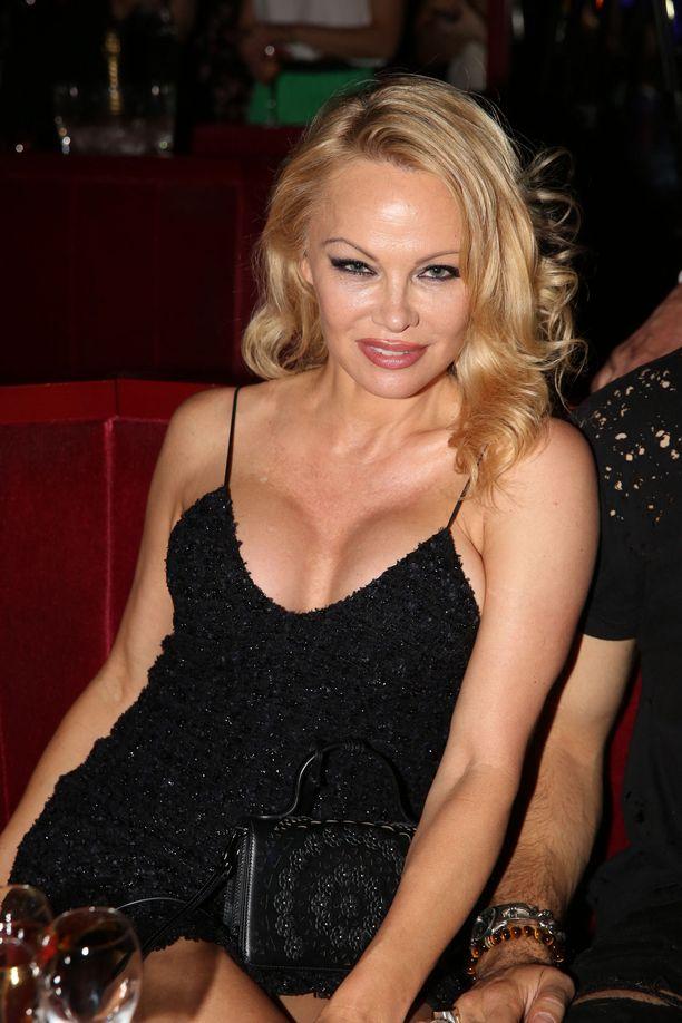 Pamela Anderson on nopea liikkeissään. Hän ehti olla naimisissa 12 päivää elokuvatuottaja Jon Petersin kanssa vuoden 2020 alussa ja nyt hän on jo vienyt uuden miehen vihille.