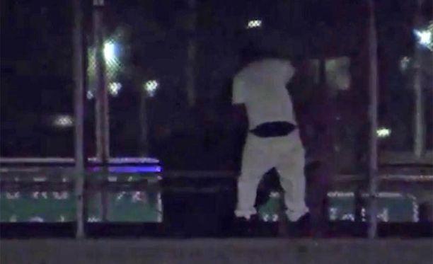 Neuvottelut erikoiskoulutettujen poliisien kanssa kestivät kolme tuntia, mutta mies saatiin pois sillalta fyysiesti vahingoittumattomana.