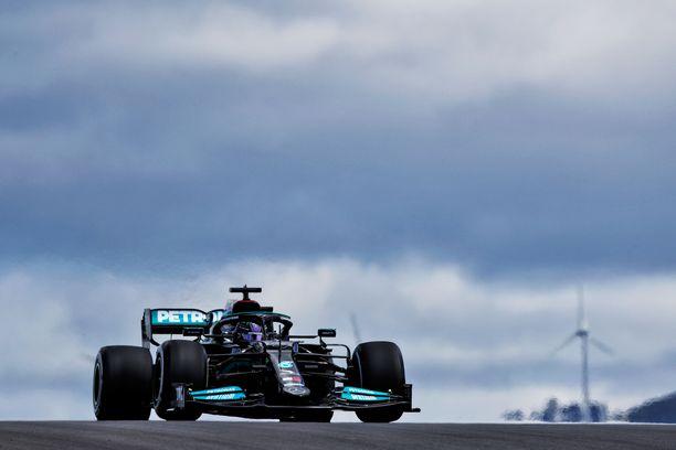 Lewis Hamilton oli toisten harjoitusten nopein.