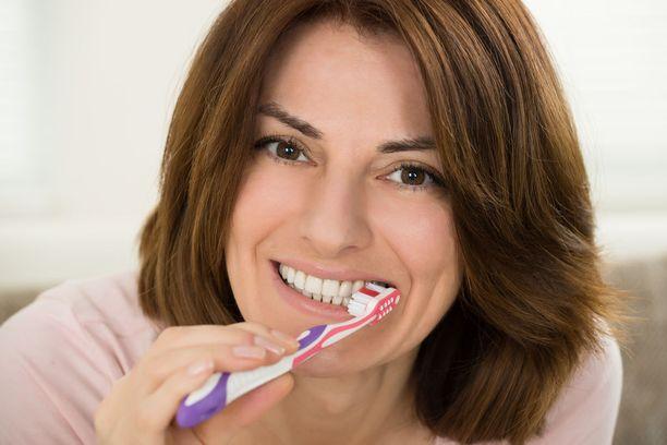 Hammastahnan fluori puskuroi hampaat kestämään aamiaisen, joka usein sisältää esimerkiksi hammaskiillettä syövyttävää tuoremehua.