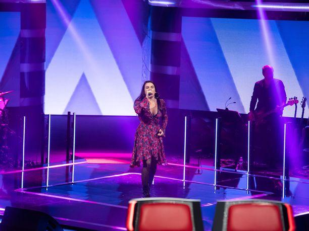 Kosovolaisen Albulena Jasharin esitys nähdään The Voice of Finlandissa perjantaina.