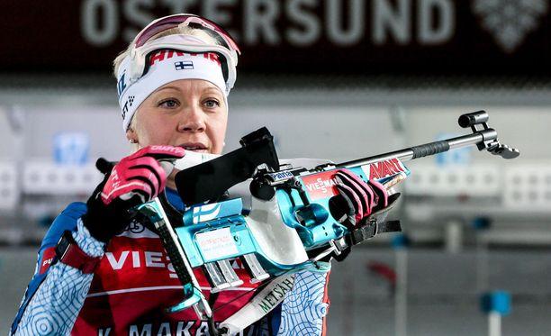 Kaisa Mäkäräinen toi Suomen vaihtoon kärkipaikalla kisan puolivälissä.
