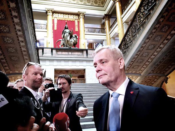 Kuvassa SDP:n puheenjohtaja Antti Rinne selittämässä neuvotteluiden etenemistä edellisissä hallitusneuvotteluissa Säätytalolla kesäkuussa.