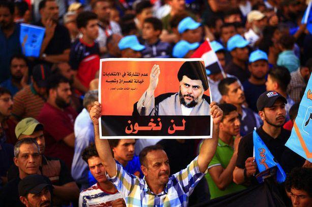 Uskonnolisen johtaja Muqtada al-Sadrin kannattajat juhlivat Bagdadissa jo todennäköistä vaalivoittoa.