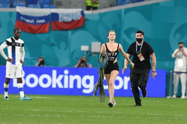 Nainen riisui päällystakkinsa ja juoksi kentälle.
