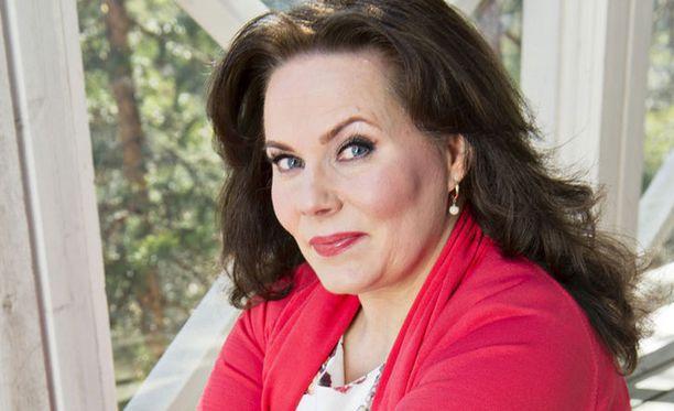 Nina Mikkonen on myynyt pikkuhiljaa kotinsa irtaimistoa.