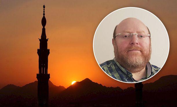 Suomen islamilaisen yhdyskunnan imaami Anas Hajjar sanoo, että shariaan kuuluu paikallisten lakien kunnioittaminen. Sharia-laki ei siis ole vaihtoehto Suomen lakien tilalle.