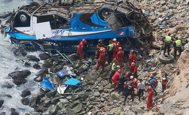 Ainakin 48 ihmistä on kuollut Perussa, kun linja-auto syöksyi jyrkänteeltä alas.