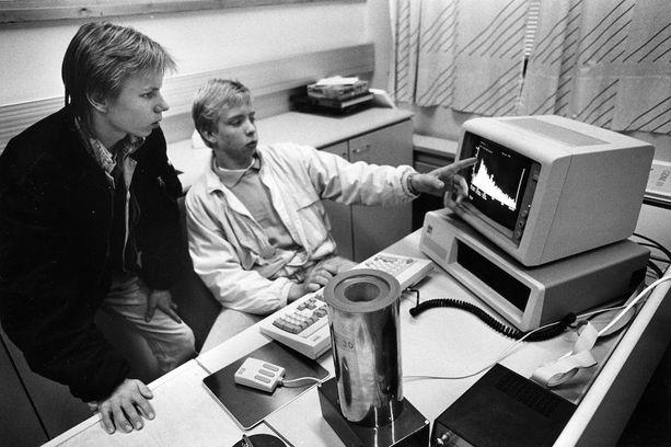 Digitalisaatio on myllännyt opetusta kaikilla kouluasteilla. Vuonna 1990 lukion kolmasluokkalaiset Jari Kottonen ja Jari Kemppainen arvioivat, että Meilahden lukiossa oli ympäristöön liittyvä opetus hyvällä mallilla. GDM 10 -ilmaisin mittasi huoneilman taustasäteilyä.