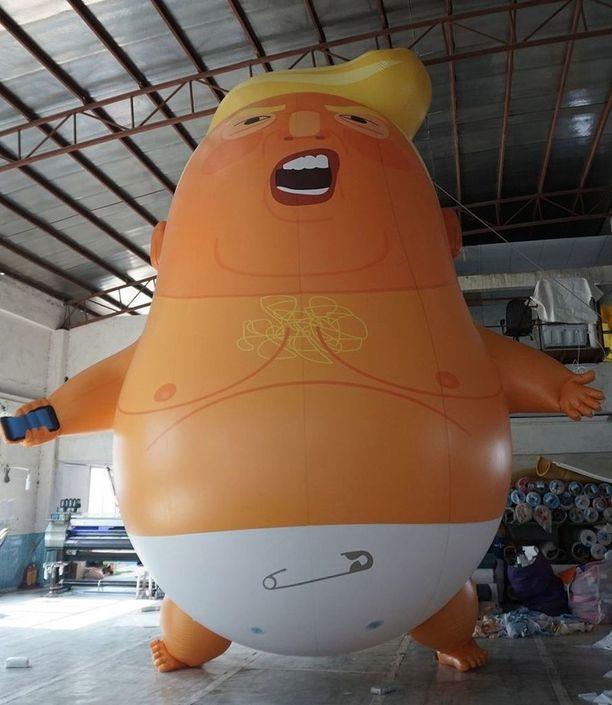 Kuusimetrinen Baby Trump -ilmapallo lentää perjantaina Lontoossa parlamenttiaukion yllä.