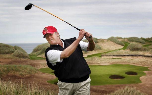 Trump on erinomainen golfari ja yksi 16:sta USA:n 19 edellisestä presidentistä, jotka viihtyivät lajin parissa. Kuva vuodelta 2011.