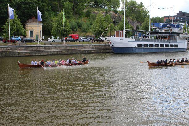 Päivällä purjehtijat ottivat toisistaan mittaa muun muassa soutukisassa.