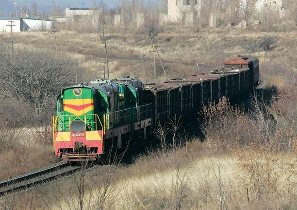 Koneen osia kuljetetaan junalla.