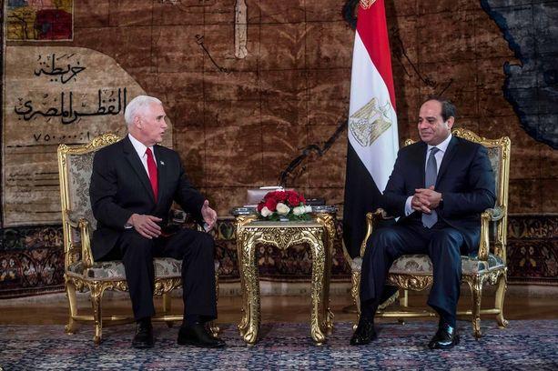 Abdel Fattah al-Sisi tapasi USA:n varapresidentin Mike Pencen Kairossa lauantaina.