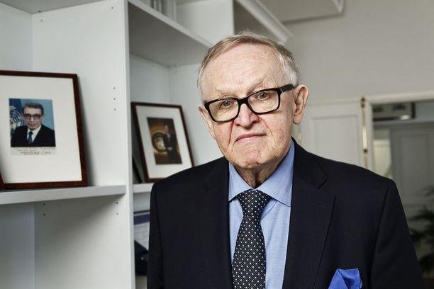 Ahtisaari viihtyy työhuoneellaan Helsingin Etelärannassa. Hyllyllä on kuvat YK:n pääsihteereistä, joita Ahtisaari on YK:ssa palvellut.