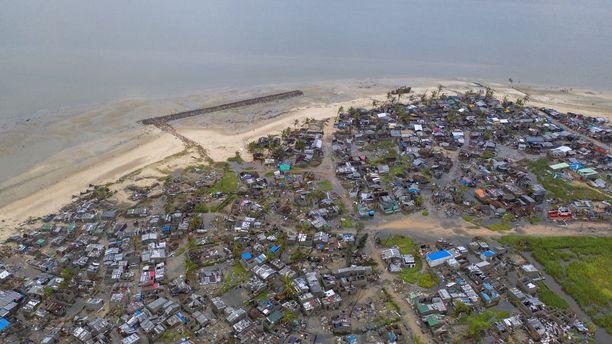 Osa tuhoaluista on pelastustyöntekijöiden saavuttamattomissa. Viestintäyhteydet esimerkiksi Beirassa ovat poikki.