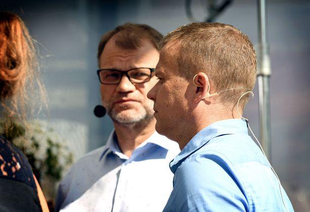 Pääministeri Juha Sipilä (kesk) ja valtiovarainministeri Petteri Orpo (kok) keskittyivät tiistaina puheisiinsa esiintymislavan reunalla Porin Torilla.