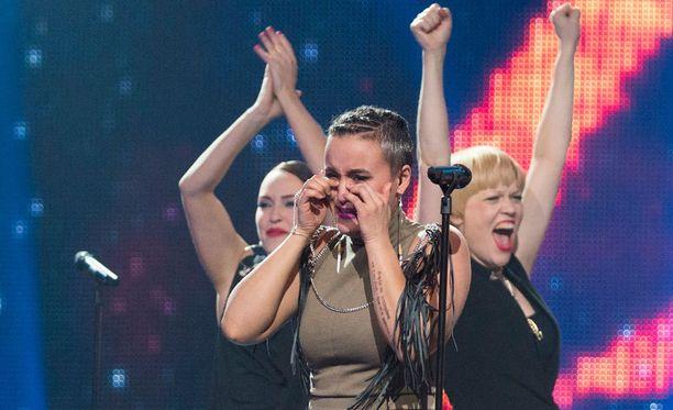 Laulaja Sandhja liikuttui kyyneliin, kun hän kuuli voittaneensa Uuden Musiikin Kilpailun ja pääsevänsä edustamaan Suomea vuoden 2016 Euroviisuissa.