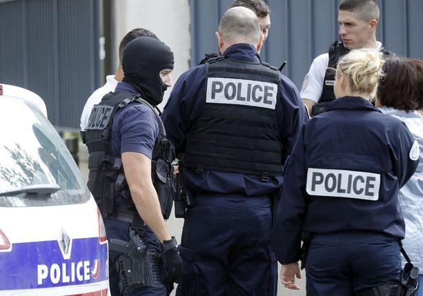Poliisi löysi ratsioissa räjähteitä ja pidätti kaksi henkilöä keskiviikkona. Kolmas otettiin kiinni yöllä.