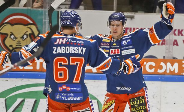 Aleksi Salonen iski uransa ensimmäisen maalin pudotuspeleissä keskiviikkona.