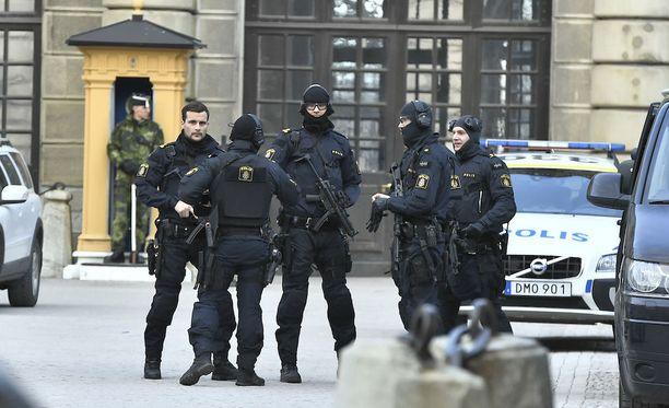 Tukholman keskustassa kuorma-autolla tehdyssä iskussa sai surmansa neljä ihmistä ja 15 loukkaantui, osa heistä vakavasti.