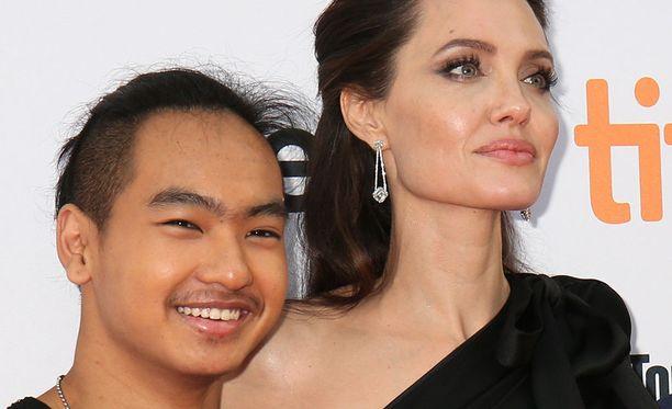Maddox ja Angelina Jolie punaisella matolla.