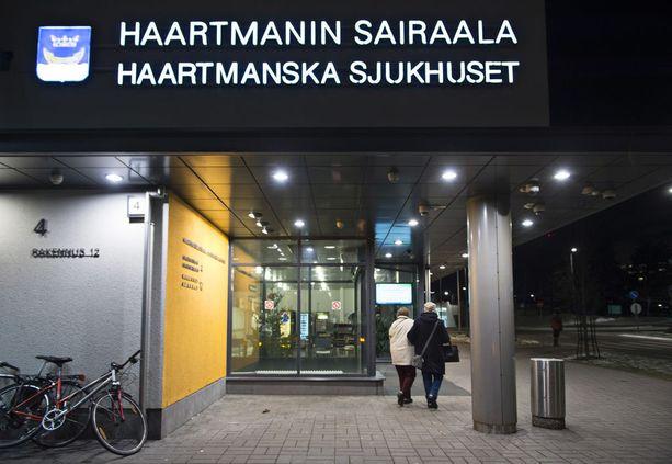 Ambulanssin henkilökunta ei kuljettanut kaatunutta 74-vuotiasta miestä hoitoon. Vaimo vei hänet Haartmanin sairaalaan, jossa miehellä todettiin massiivinen aivoverenvuoto. Mies menehtyi neljän päivän kuluttua Töölön sairaalassa.