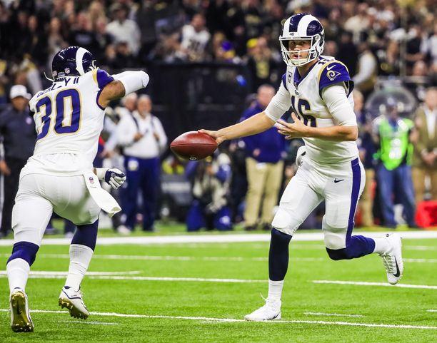 Los Angeles Ramsin Jared Goff (oikealla) on yksi neljästä seuratuimmista henkilöistä Super Bowlissa.