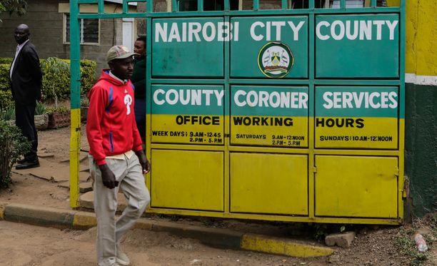 Mies kävelee Nairobissa talon edustalla, josta ruumis löytyi.
