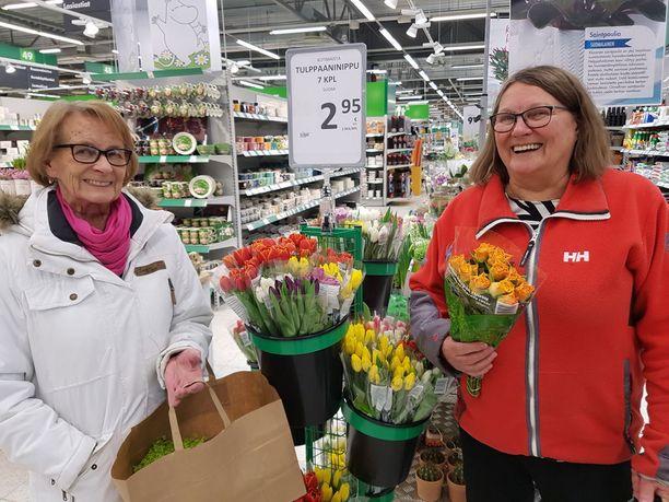 Maire Toivonen ja Eeva Heikkilä uskovat tositteen olen roskakorissa.