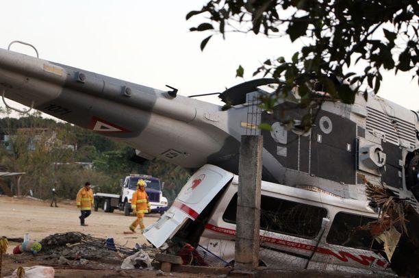 UH-60 Black Hawk -kopteri murskasi alleen yhden minibussin.