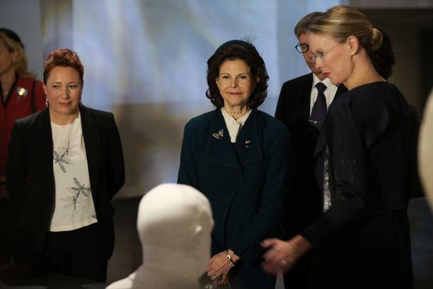 Silvia tutustui Ateneumissa Sibelius-näyttelyyn.