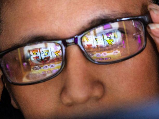 Syytetty tuhlasi yli puoli miljoonaa euroa rahapeleihin. Kuvituskuva nettipelaamista.