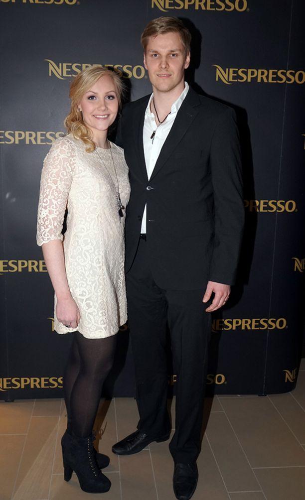 Rata-autoilija Emma Kimiläinen-Liuski nautti eilen vapaa-illasta miehensä Timo Liuskin kanssa Helsingin Nespresso Boutiquen avajaisissa. Hän palaa viikon kuluttua kilparadoille.