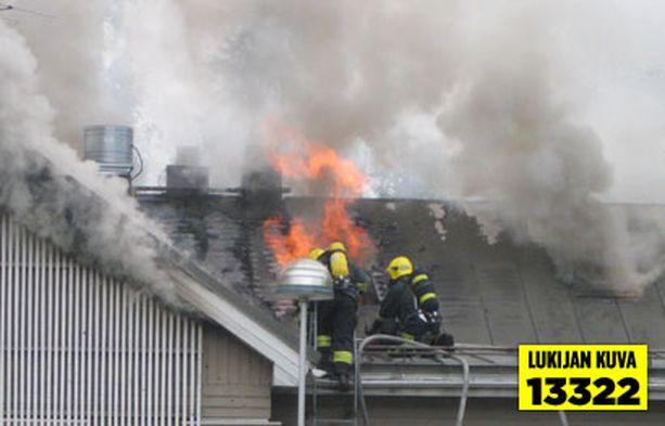 Tulessa olleen huoltoaseman katto jouduttiin aukaisemaan.