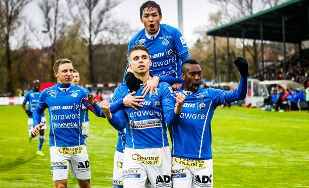 RoPS:n Aleksandr Kokko (keskellä) ei ole pelannut yhtään A-maaottelua.