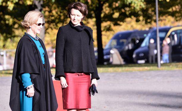 Rouva Jenni Haukio ja Norjan kuningatar Sonja ovat päässeet tekemään tuttavuutta.